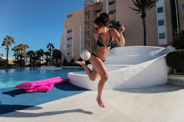 Загар: девушка в купальнике с мячом