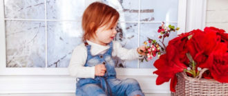 Годовалая девочка, корзина с цветами