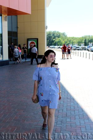 Платье-рубашка на девушке