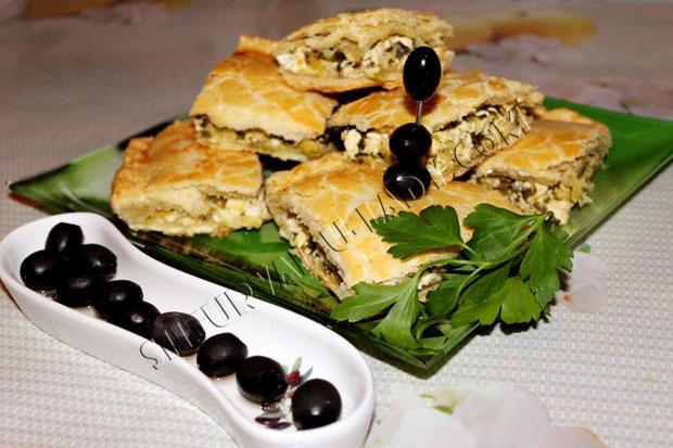 Греческий луковый пирог в разрезе, оливки