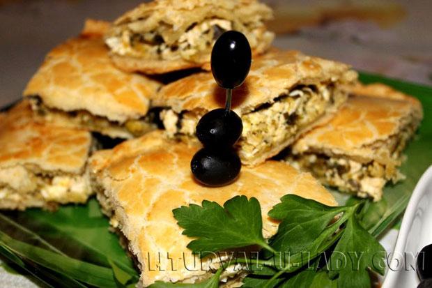 Пирог из слоеного теста и луково-яичной начинки