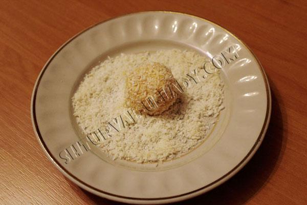 Мандариновый шар обваленный в кокосовой стружке