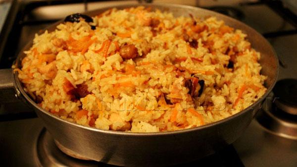 Медовый плов с мясом, овощами, сухофруктами, орехами