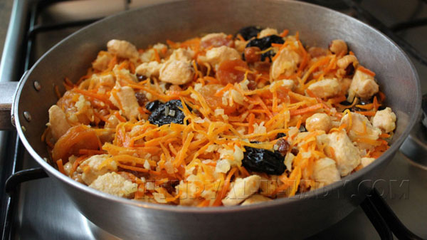 Мясо-овощная смесь с сухофруктами на сковороде