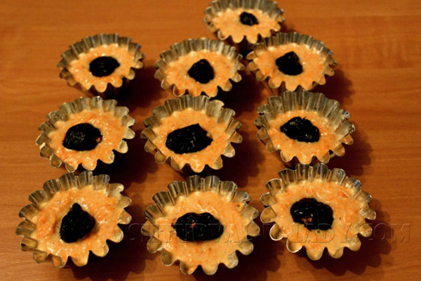 morkovnye-keksy-s-chernoslivom-v-formochkah