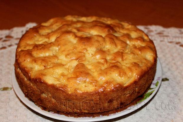 Готовый румяный пирог яблочная шарлотка