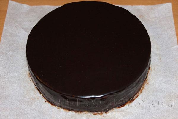 Покрытый шоколадным ганашем торт Птичье молоко
