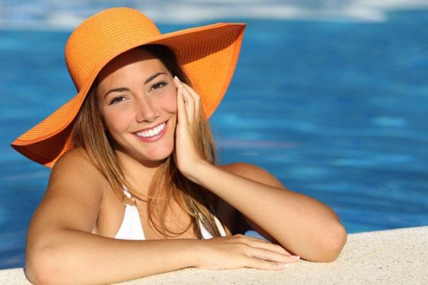 Девушка в шляпе в бассейне