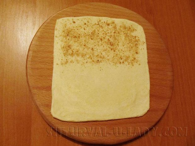 Раскатанное тесто для слойки с толченными сухариками