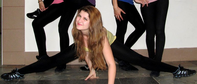Девушка делает упражнение на растяжку