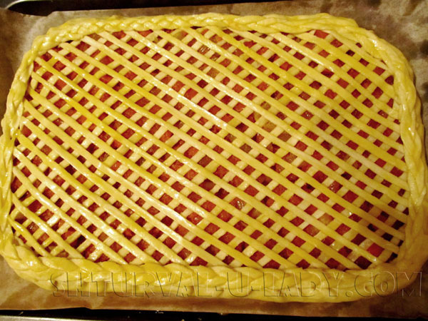 Сформированный пирог с ажурным верхним слоем