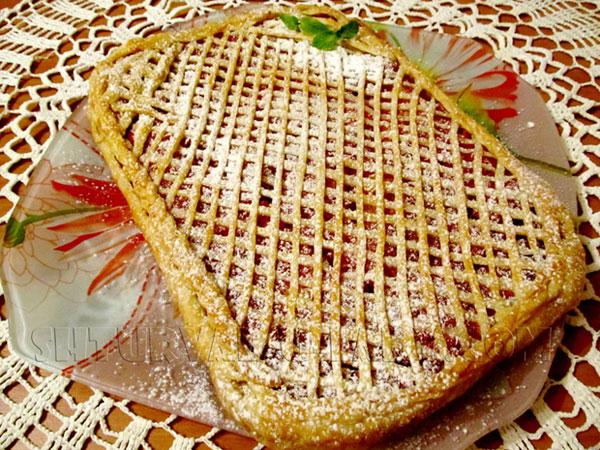 Пирог из слоеного теста и тыквенной начинки