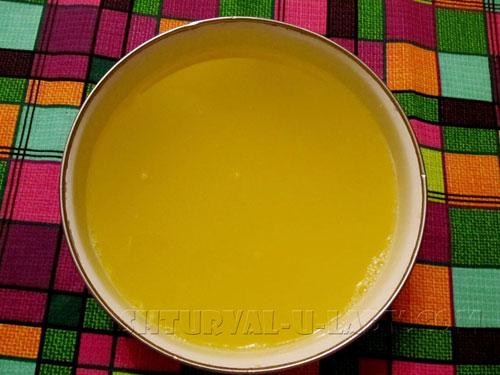 Апельсиновый напиток в сотейнике с лимонной цедрой