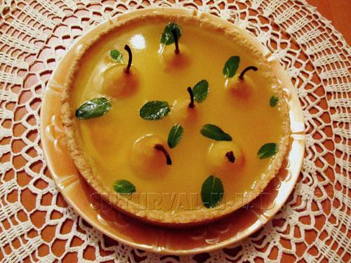 Грушевый пирог в желе с листиками мяты