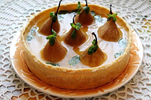 Домашний пирог Груша в хрустале на блюде