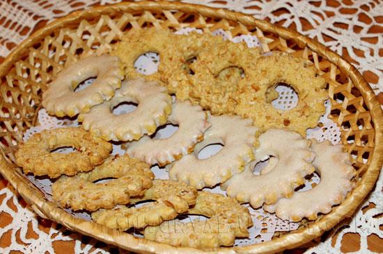 Песочные коржики-кольца с орехами и глазурью