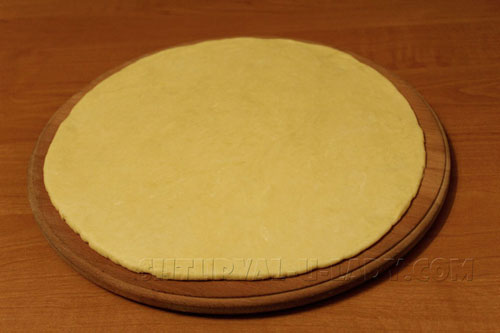 Раскатка теста для пирога в виде блина