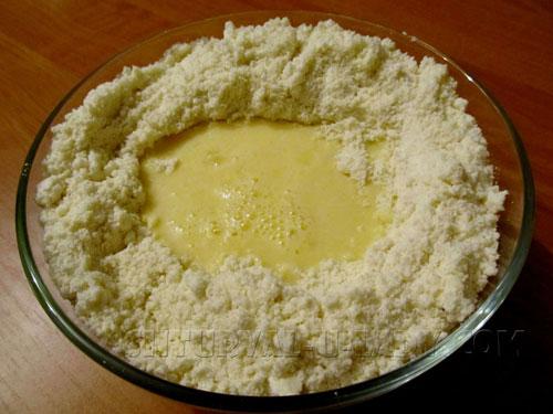 Процесс соединения масляно-мучной крошки и яиц
