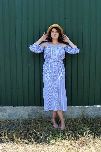 Полосатое платье-сарафан на девушке