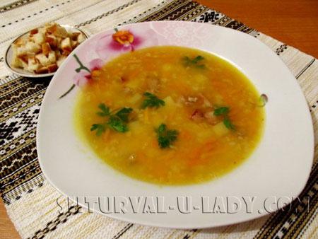 Суп с горохом, копченостями, гренками