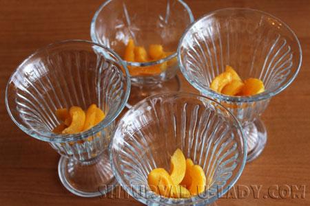 Порезанный абрикос в емкостях для десертов