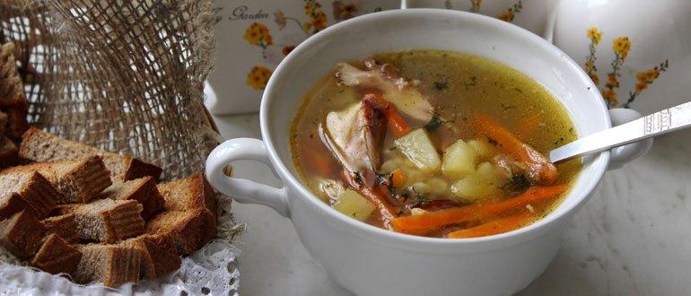 С крутонами гороховый суп, овощи