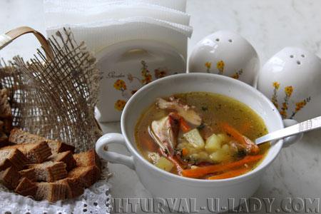 Порция горохового супа, сухарики