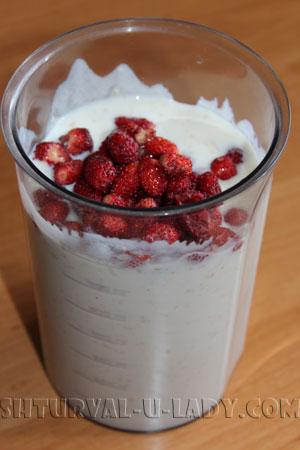 Смесь йогурта и земляники