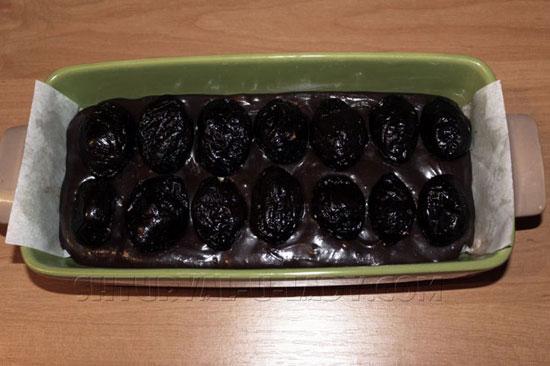 Слой чернослива в шоколадном брауни