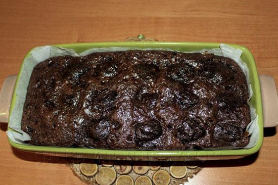 Шоколадный брауни с черносливом в форме