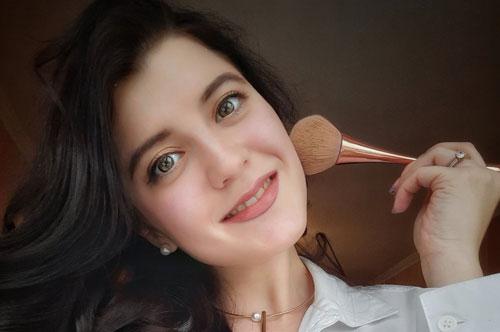 Кисти для макияжа: девушка делает мейкап