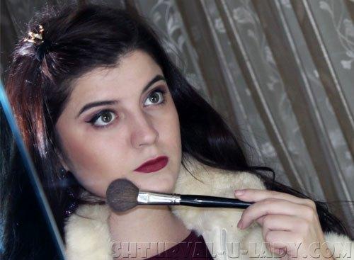 Девушка делает make-up