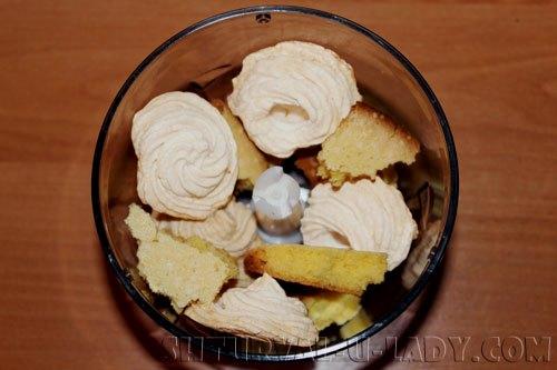 Бисквит и безе в чаше блендера