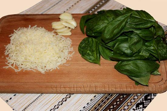 Тертый пармезан, чеснок, базилик
