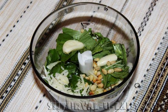В чаше блендера пармезан, кедровые орехи, базилик