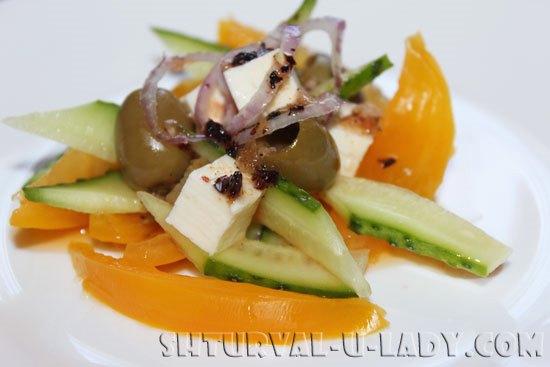 salat-iz-ovoschei-s-sousom