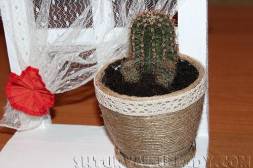 Вазон с кактусом на самодельной подставке-окошко