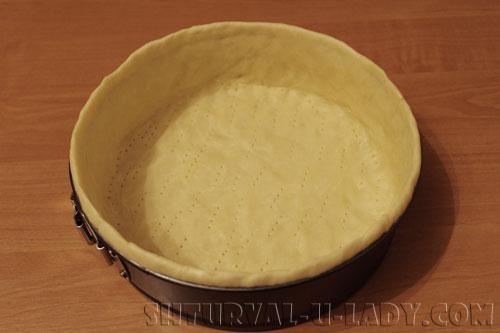 Выложенное в форму тесто