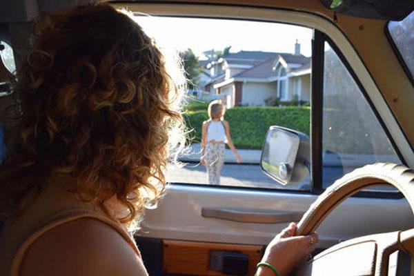 Водитель девушка в авто пропускает пешехода на дороге
