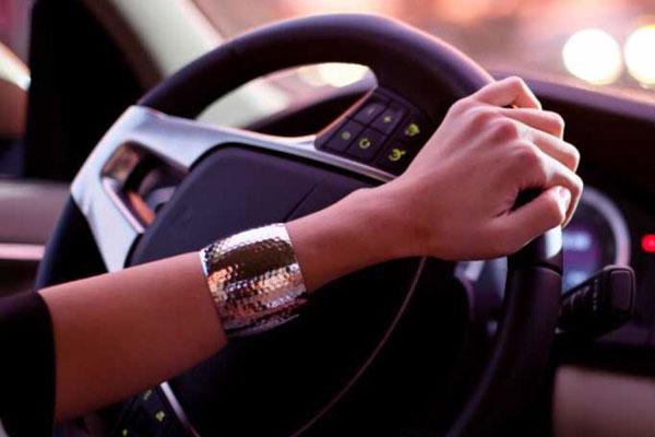 Рука автоледи на руле: вождение