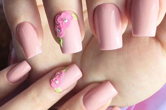Светло-розовый маникюр нежность с цветочным декором-лепкой