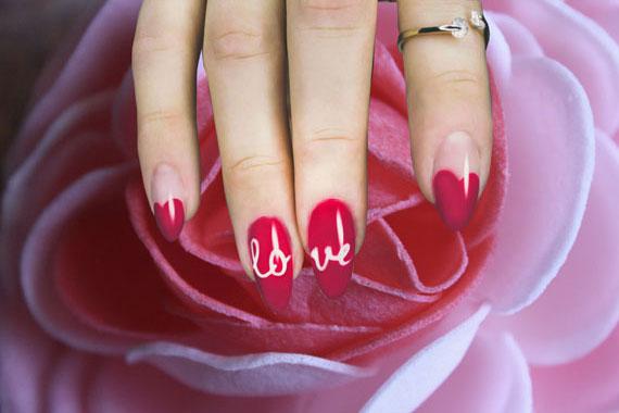 Красно-розовый маникюр с надписью love