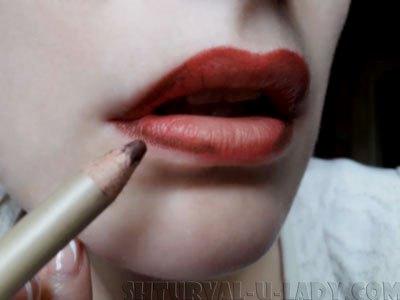 Подкрашивание уголков губ коричневым карандашом