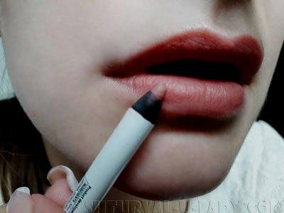 Нанесение нюдового оттенка на губы