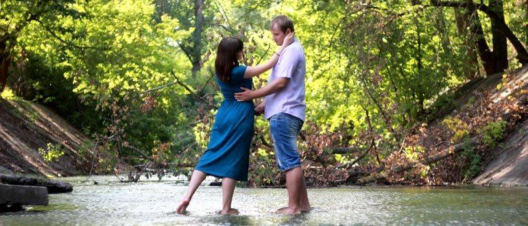 Пара влюбленных, ручей