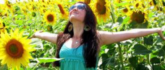 Радостная девушка на подсолнечном поле
