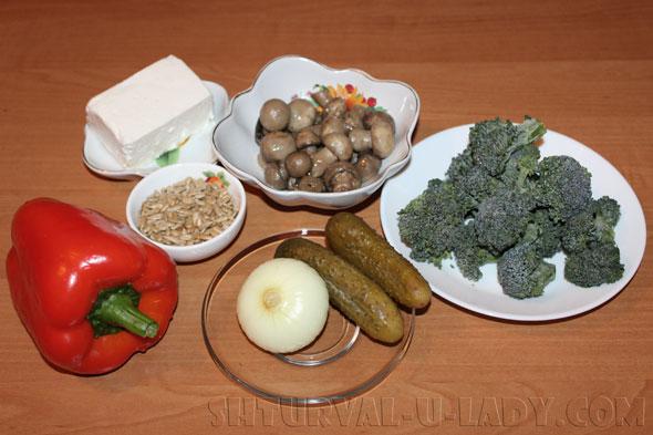 Ингредиенты для овощного салата с брокколи, фетой, шампиньонами