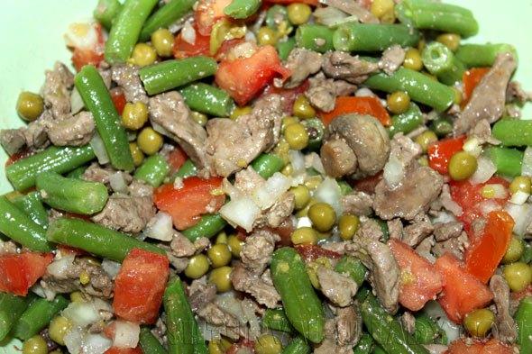 Смешивание ингредиентов в печеночно-овощном салате