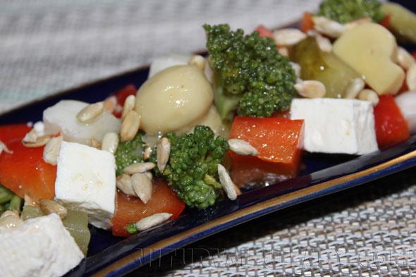 """Овощной салат с брокколи, сыром """"Фета"""", шампиньонами, семечками"""
