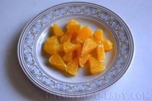 Очищенные и нарезанные дольки апельсина